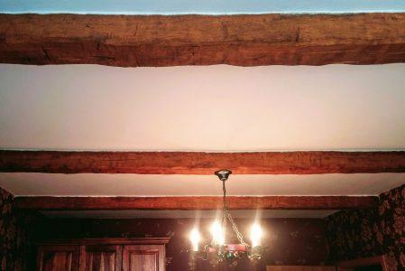 Jak dát na strop trámy z PU – tipy a zkušenosti